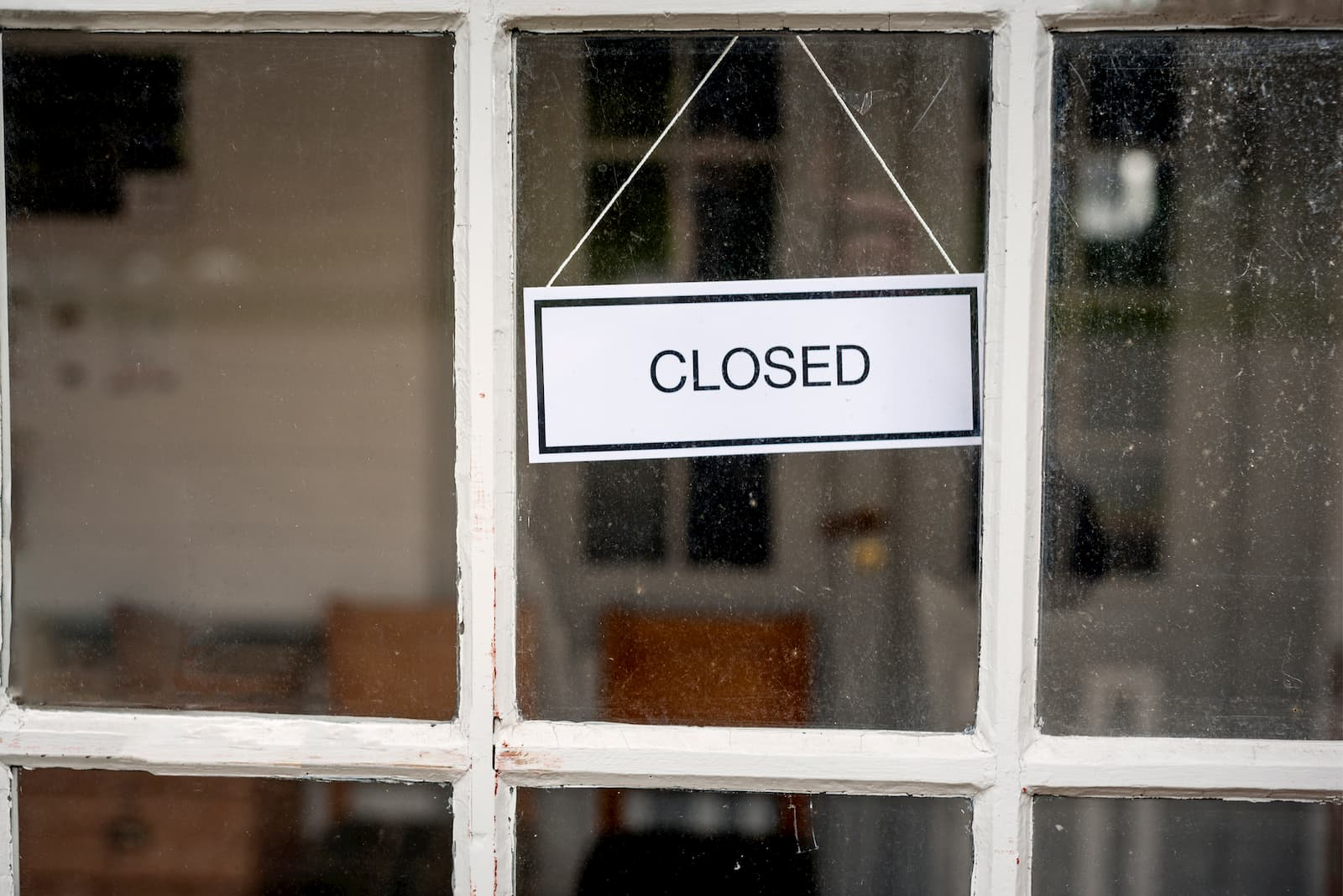 closed sign on the front door of a restaurant